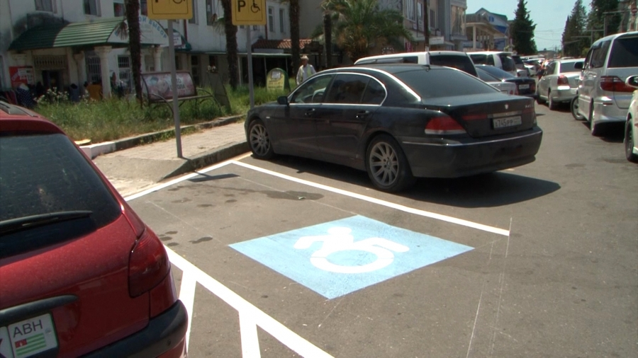 В Сухуме появляются новые парковочные места для людей с ограниченными возможностями (видео)