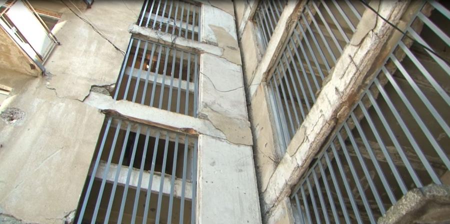 В подъездах двух многоэтажек на массиве Гумиста установлены перила