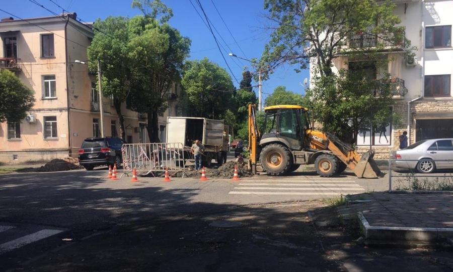 Подача воды в некоторых районах Сухума прекращена из-за ремонта трубы в центре города (видео)
